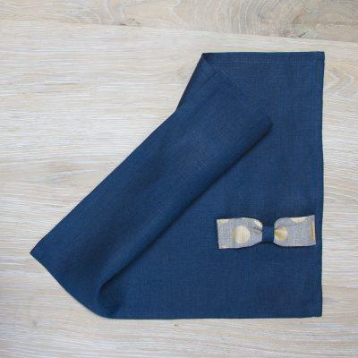 Mėlyno lino stalo padėkliukas