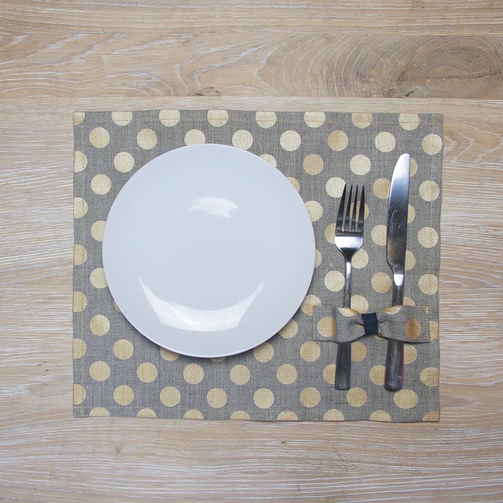 Stalo padėkliukas su aukso taškiukais