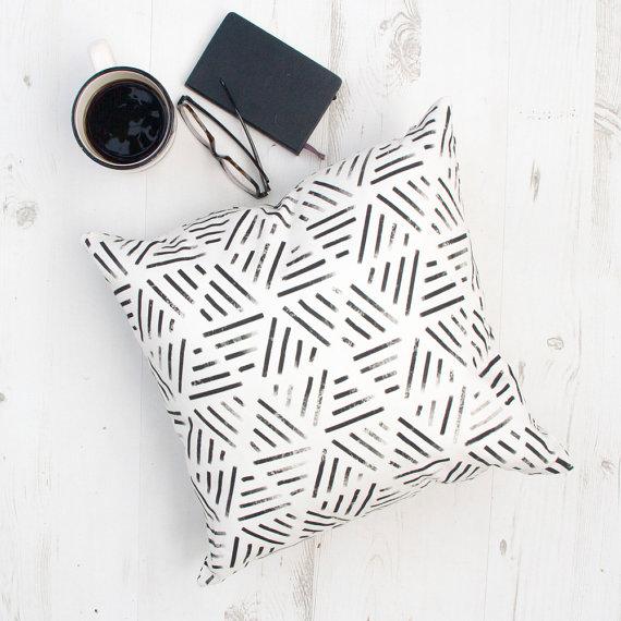 Geometrinių raštų dekoratyvinė pagalvėlė