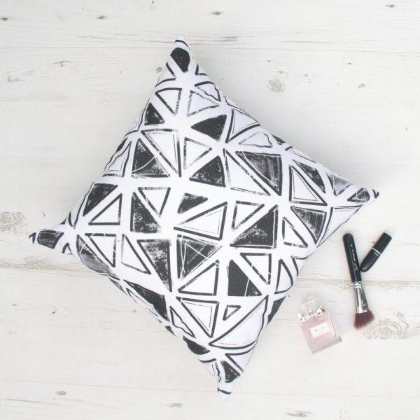 Juodai baltų raštų dekoratyvinė pagalvėlė