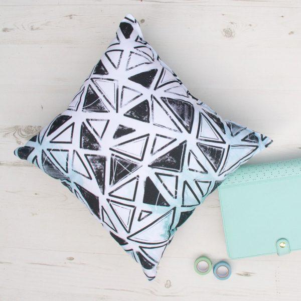 Juodai žalių raštų dekoratyvinė pagalvėlė