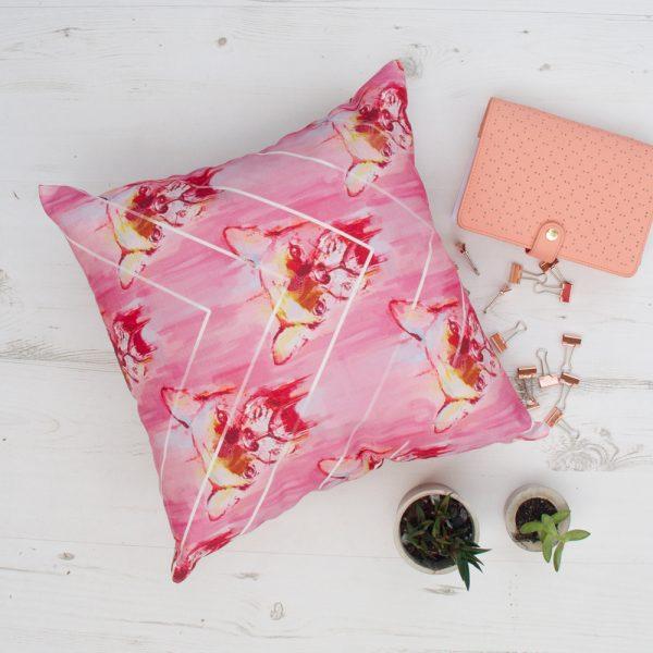 Rožinė marga dekoratyvinė pagalvėlė