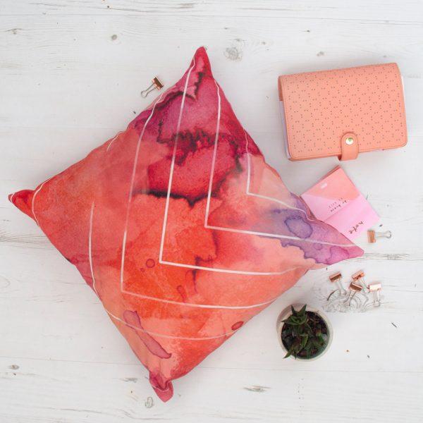 Raudonai marga dekoratyvinė pagalvėlė
