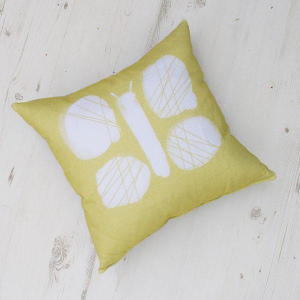 Su drugeliu dekoratyvinė pagalvėlė