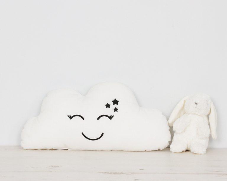 Pagalvė baltas debesėlis su šypsena