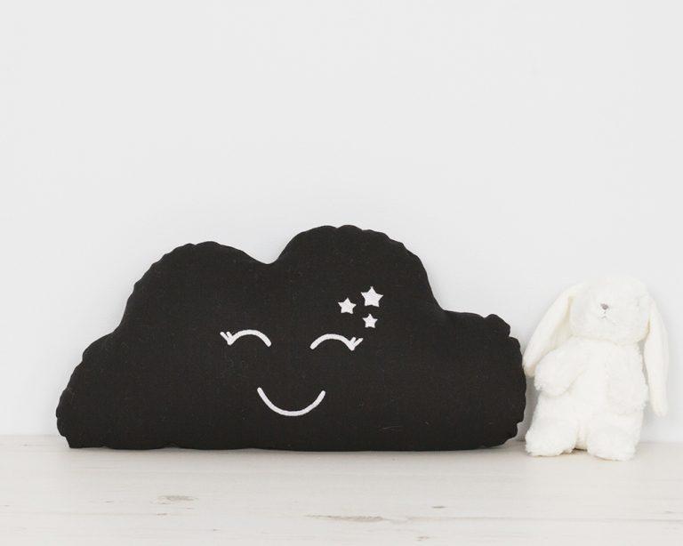 Pagalvė juodas debesėlis su šypsena